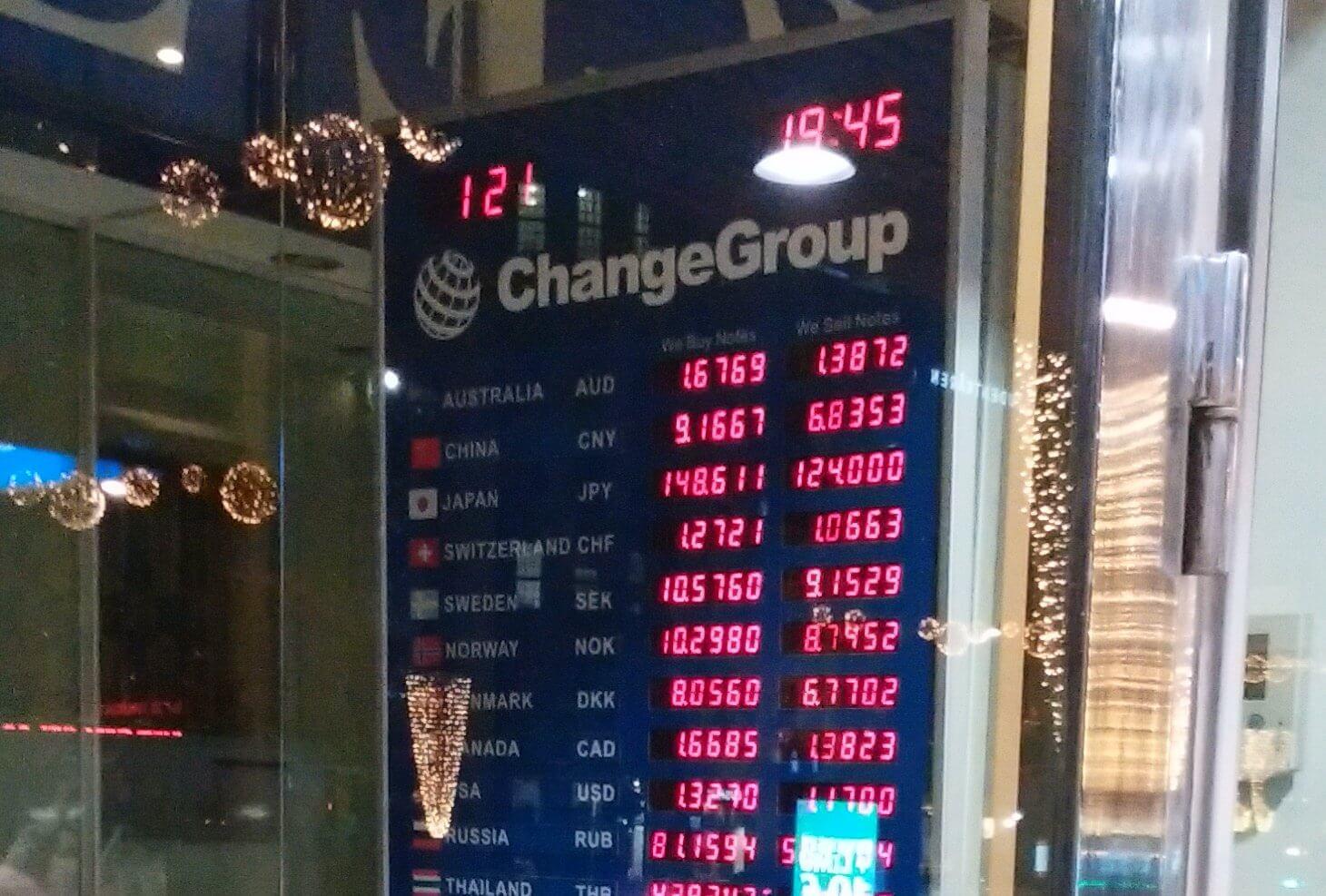 ヘルシンキの外貨両替所。上から3番目が円