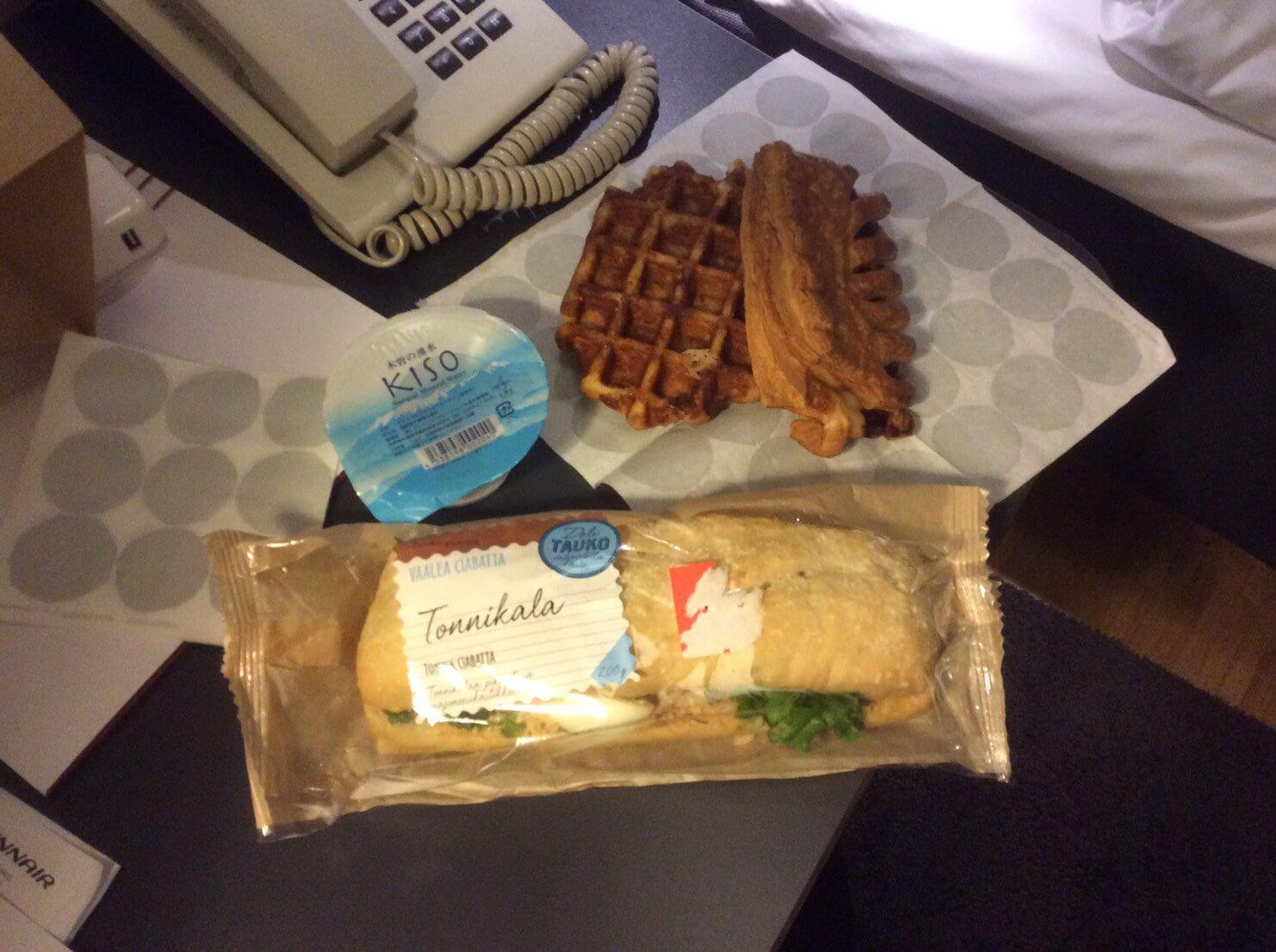 フィンランド旅行初日にスーパーで購入したパン。水はフィンエアー機内でもらったものを飲まずに持ち込んだ