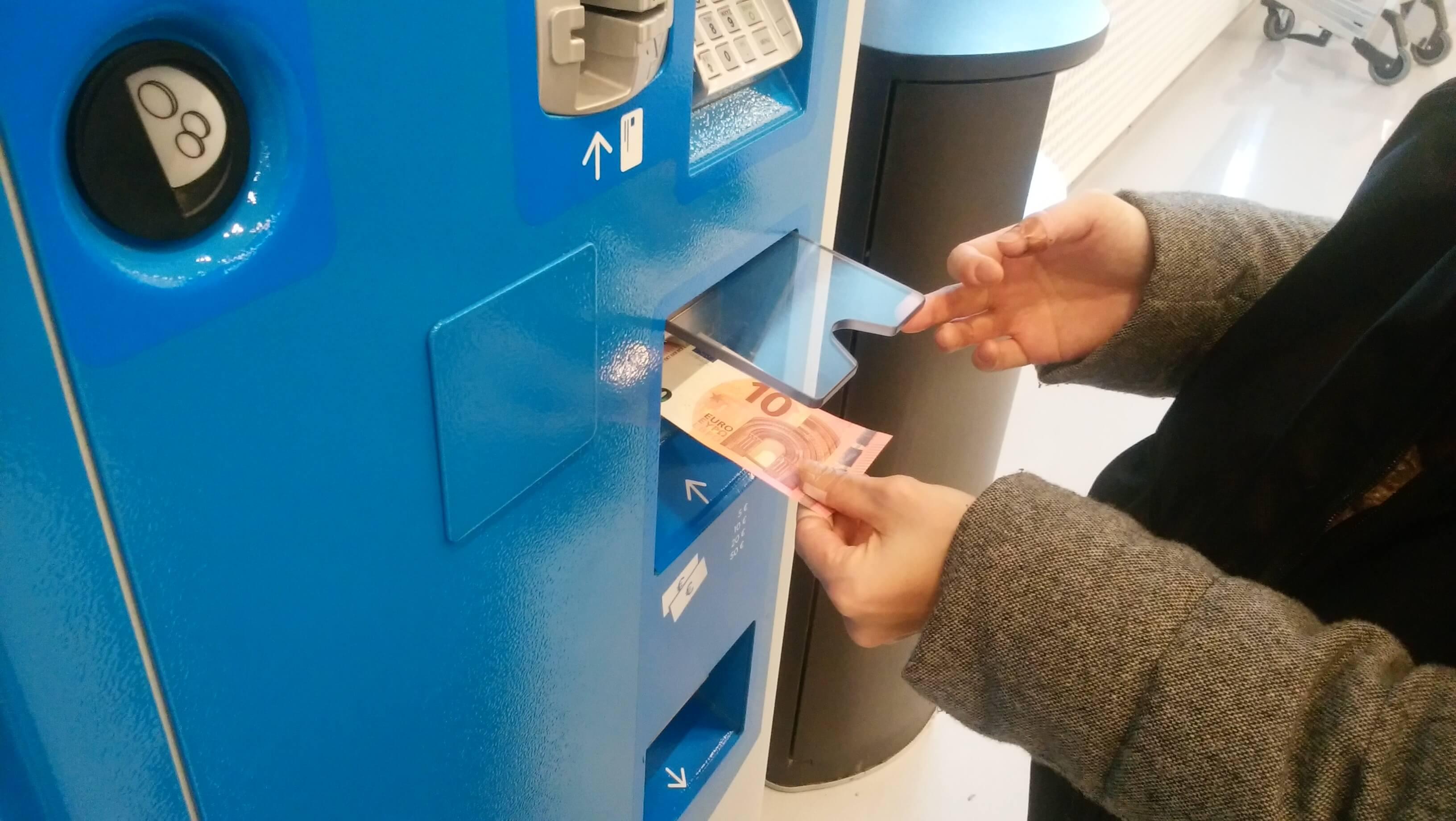 券売機にユーロ紙幣するところ