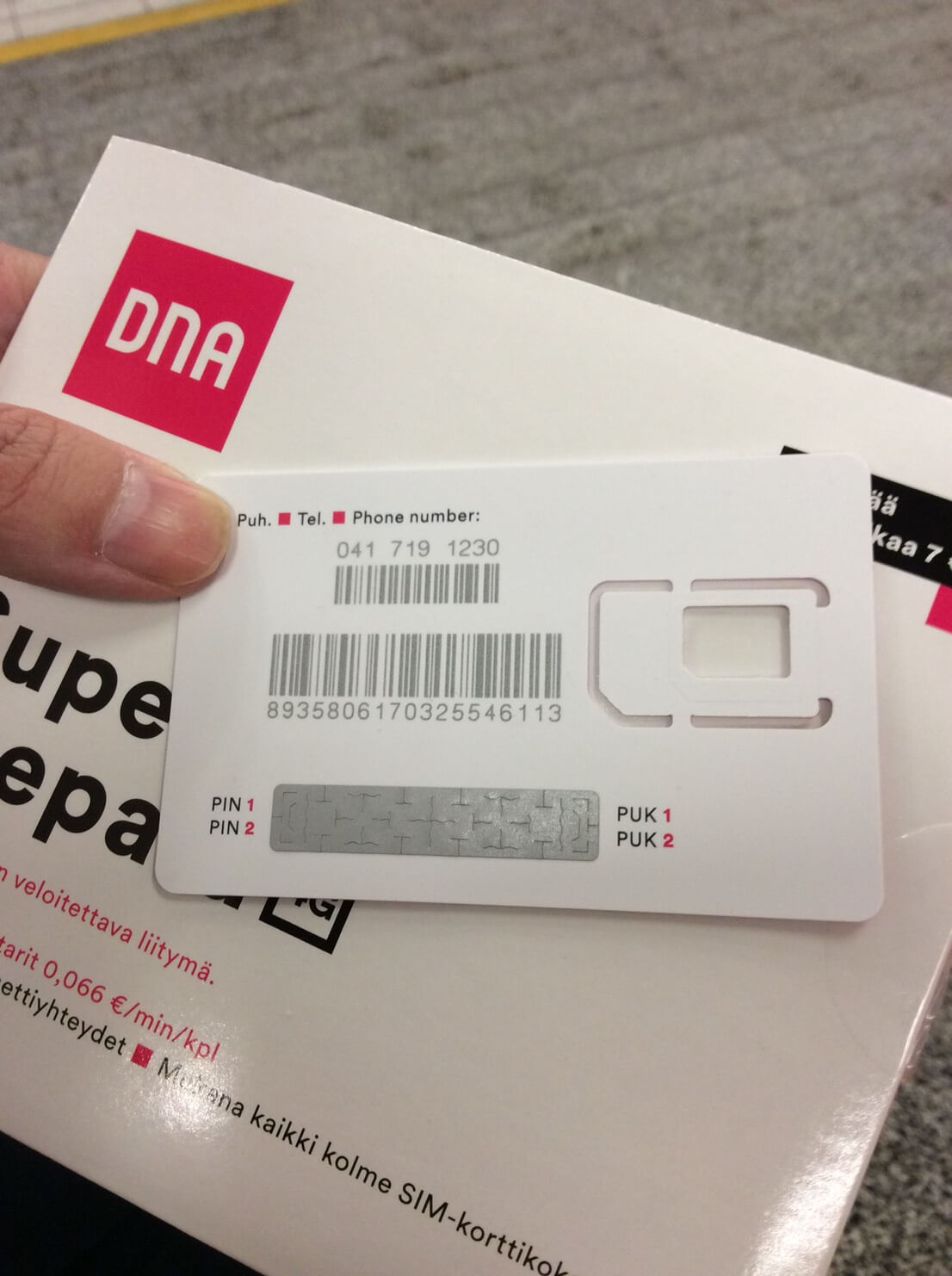 プリペイドSIMのパッケージカードの裏側には、ピンコードの暗証番号が掲載されている