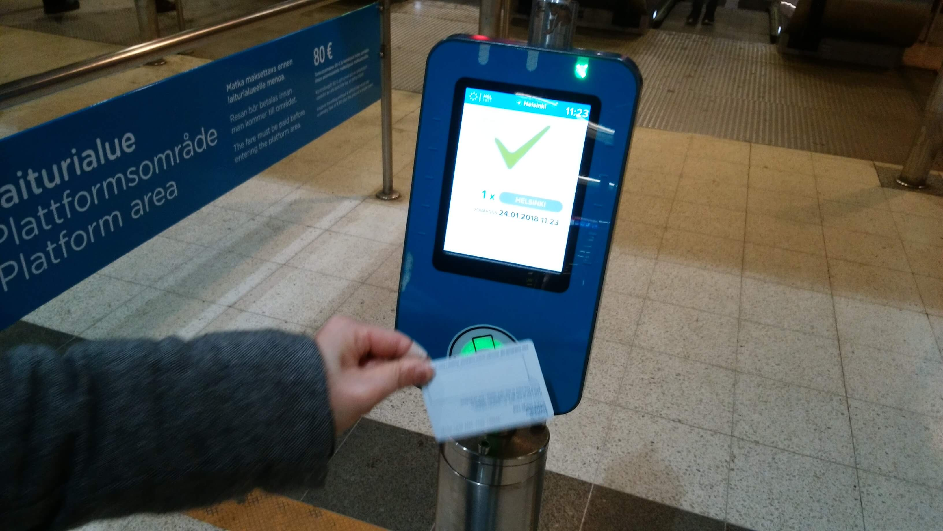 ヘルシンキの公共交通機関の入り口でカードをかざした瞬間から利用が始まる(写真はICカードタイプのデイチケット)