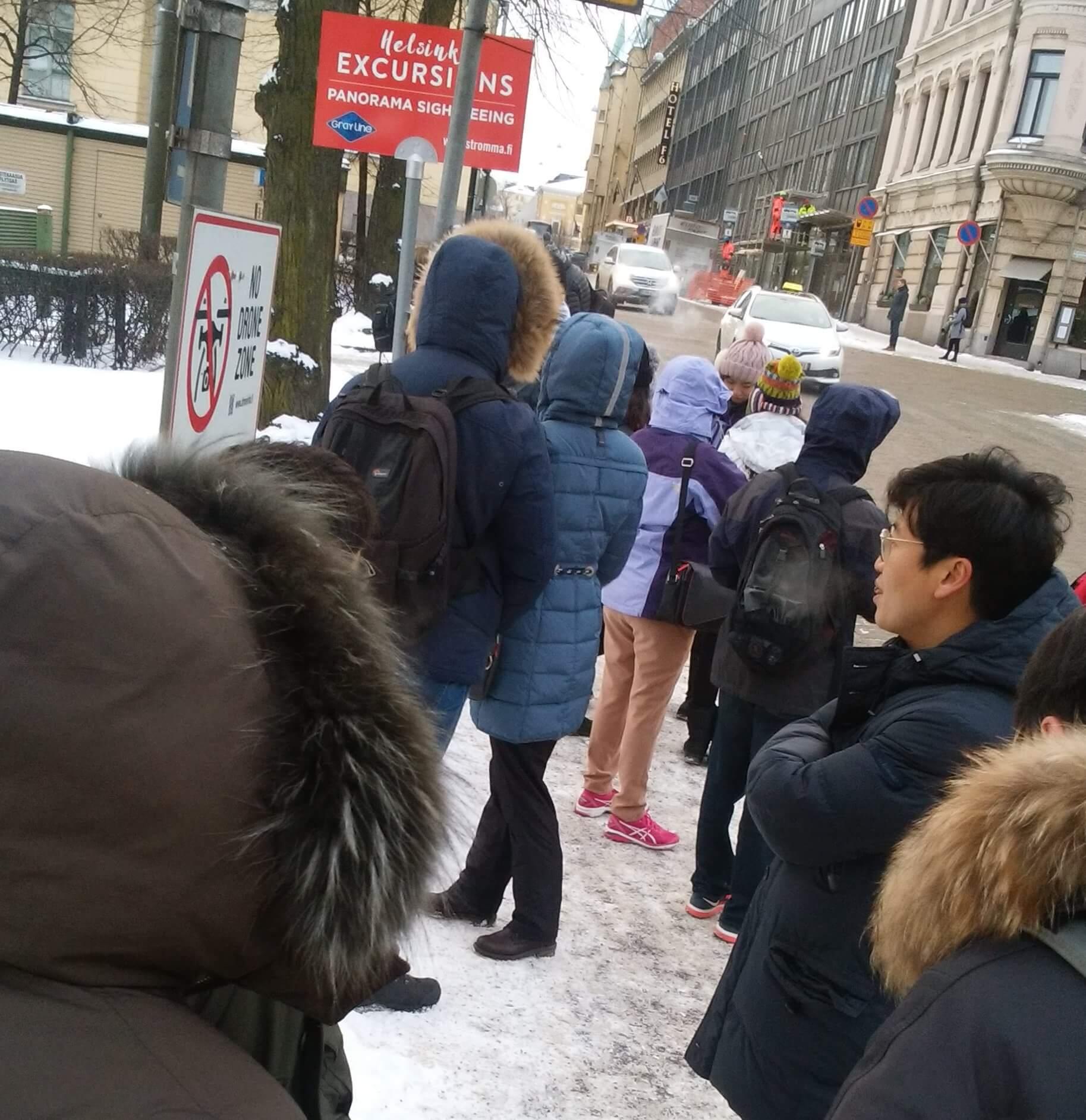 ヘルシンキ観光バスツアーに乗るため並ぶ観光客