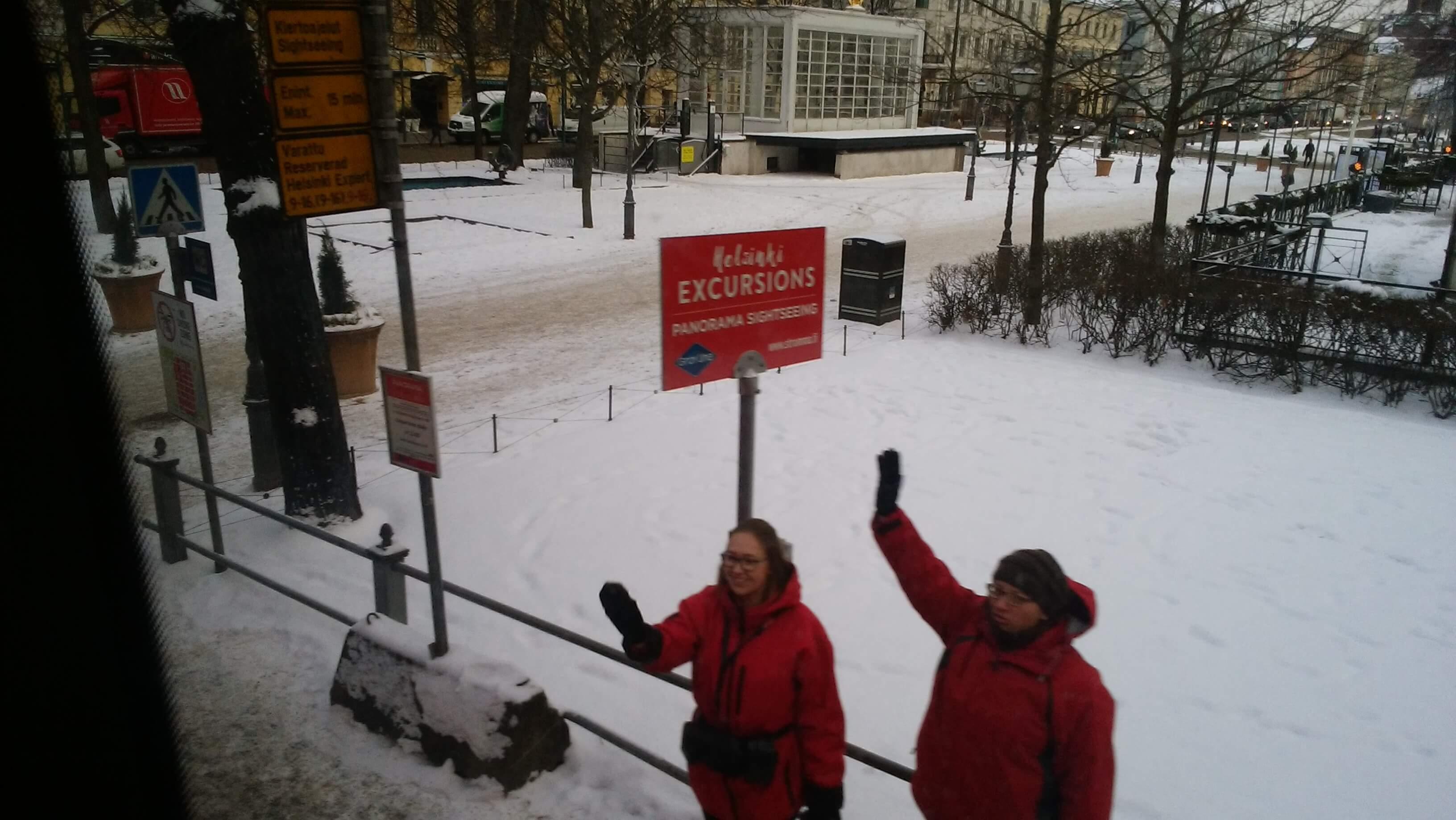 ヘルシンキ観光バスツアーの出発時。受付の人が手を振って見送ってくれた