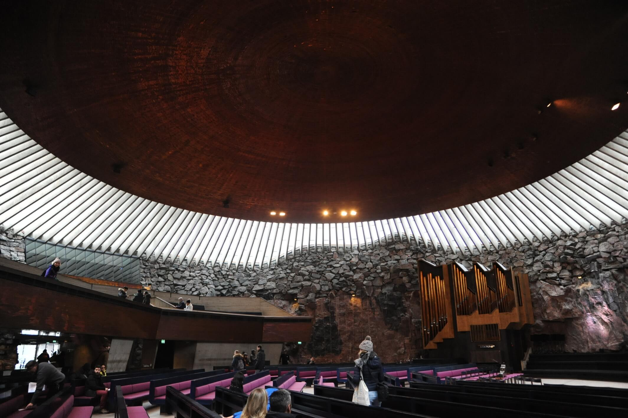 テンペリアウキオ教会の内部。天井のドームは銅でできている