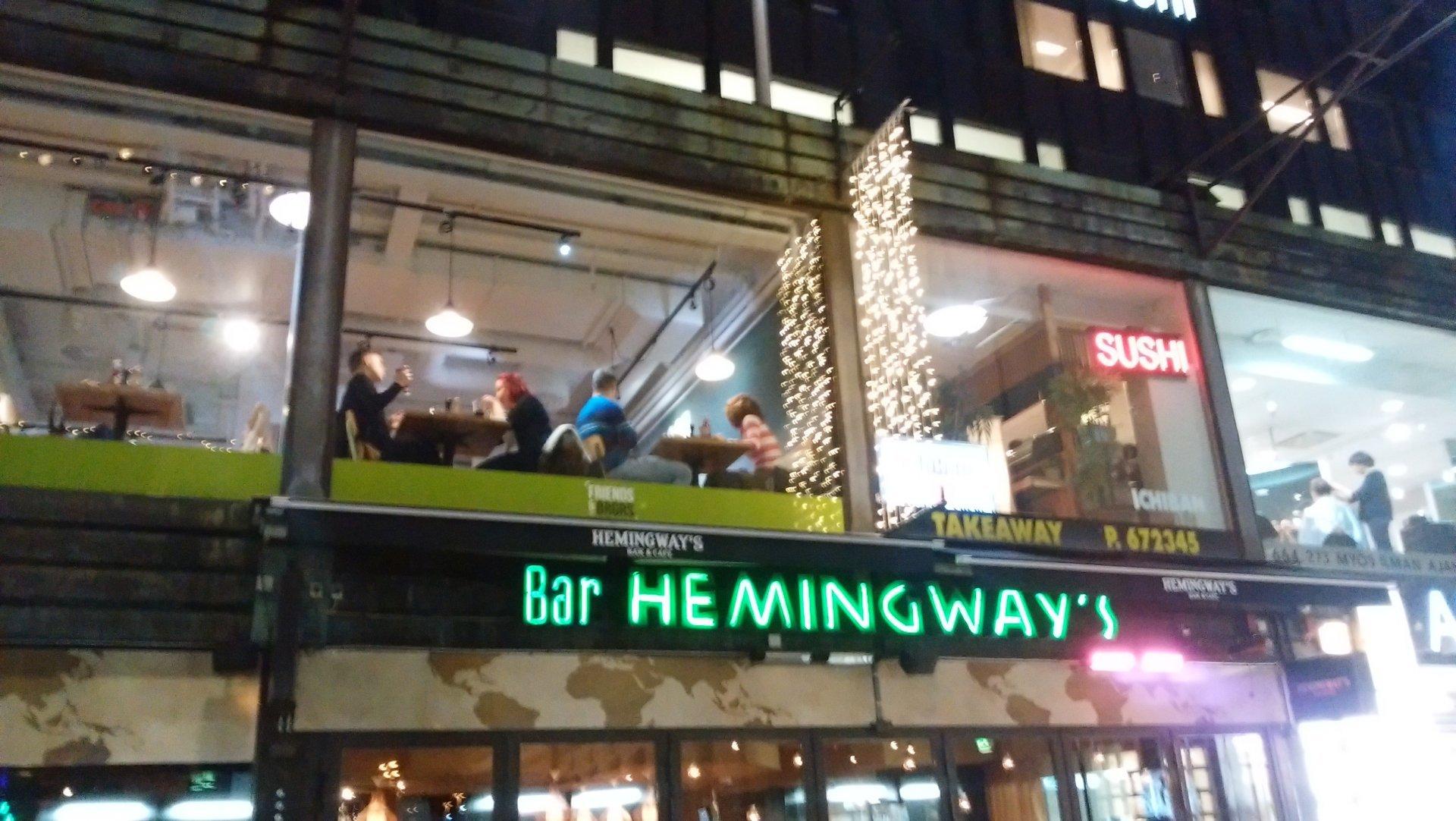 ヘルシンキ中央駅近くの飲食店街を歩く。SUSHIのディスプレーが光る飲食店が多いことに気づかされた