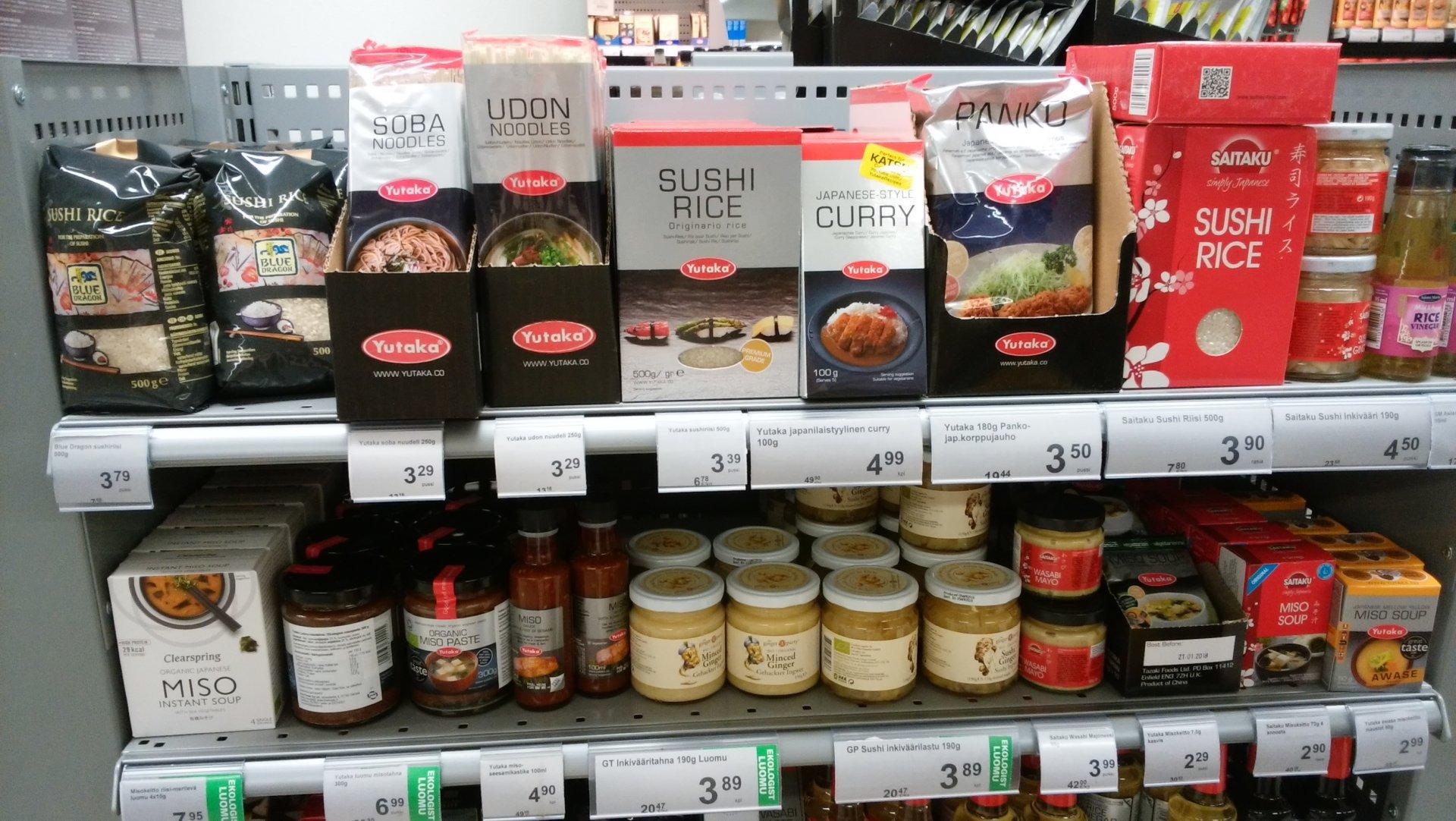 フィンランドのスーパーで見かけた日本食。スシライス、ウドンヌードル、ミソなどと買いてある