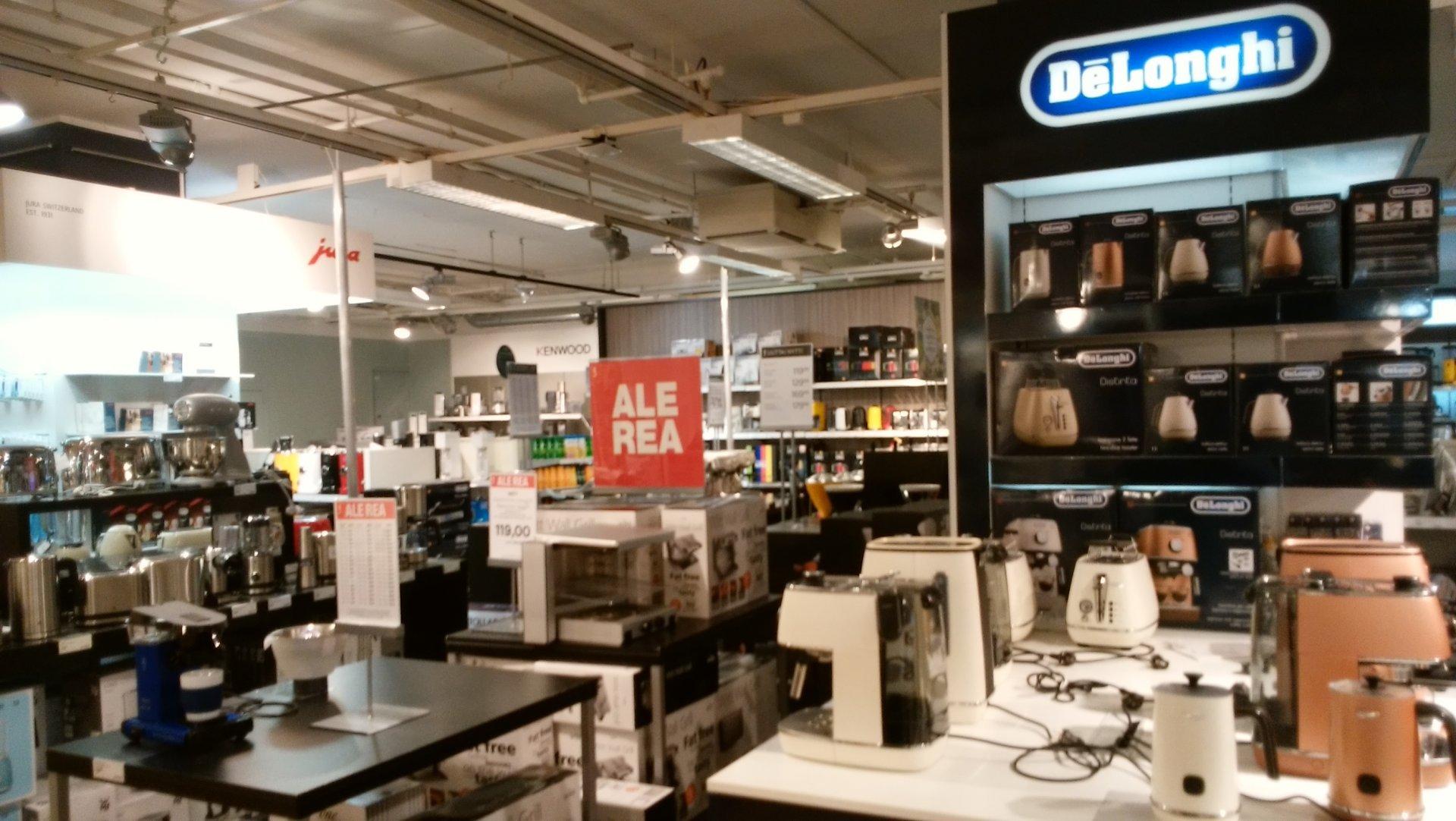 北欧最大級のデパート「ストックマン」の家電売り場。「ALE(セール)」を掲げて大安売りをしている
