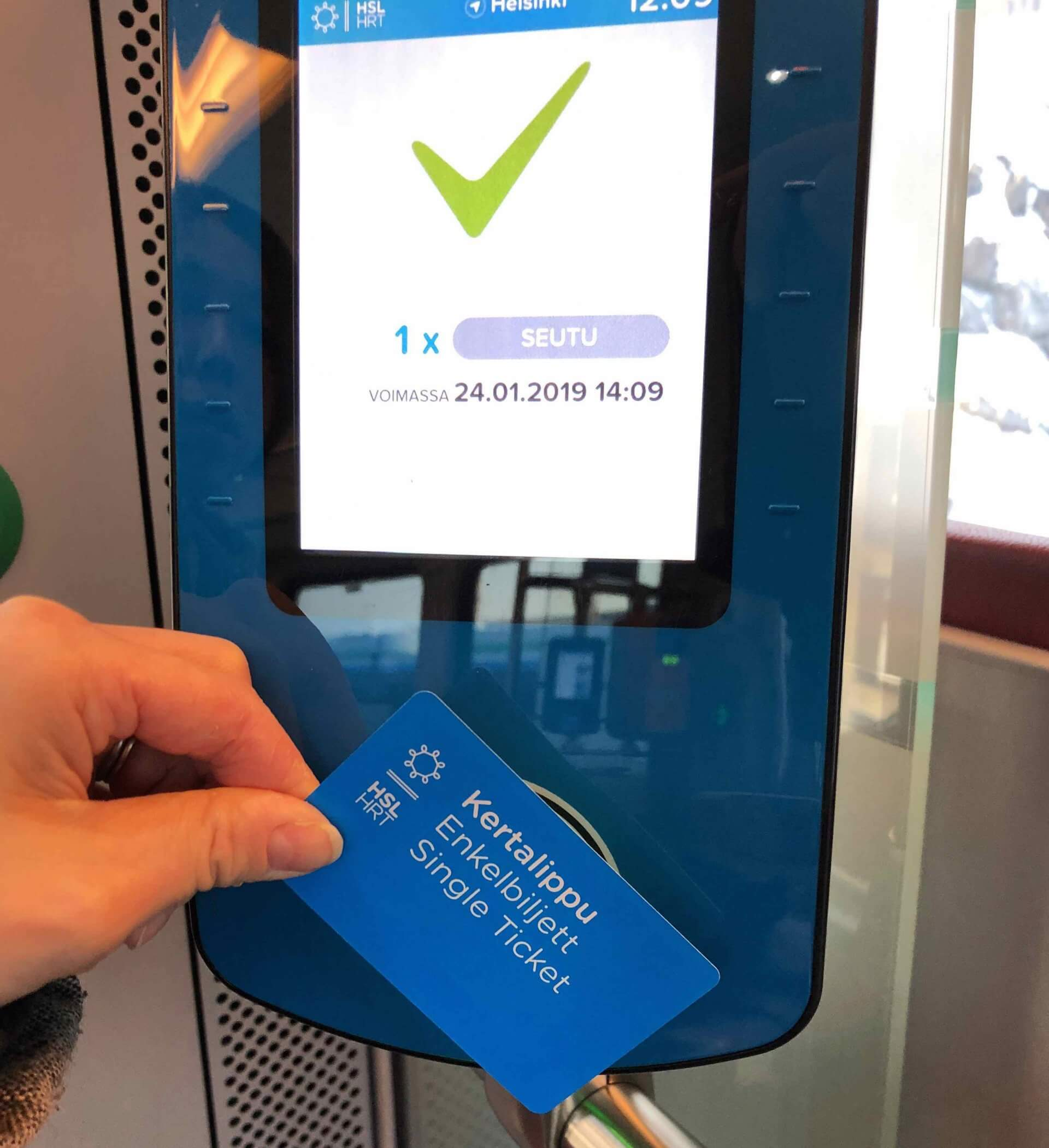 対面販売で購入したカード型の券売機。列車内の機械にかざしてから入る