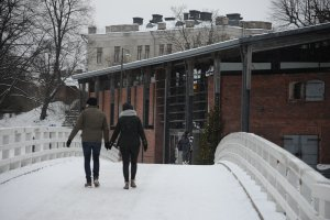 橋の奥に見えるのがスオメンリンナ博物館
