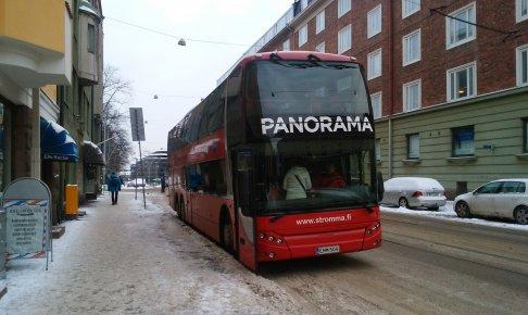 パノラマ観光バスの外観(テンペリアウキオ教会で撮影)