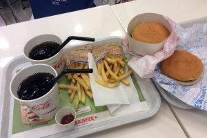ヘスバーガーで購入した4ユーロのハンバーガーセット