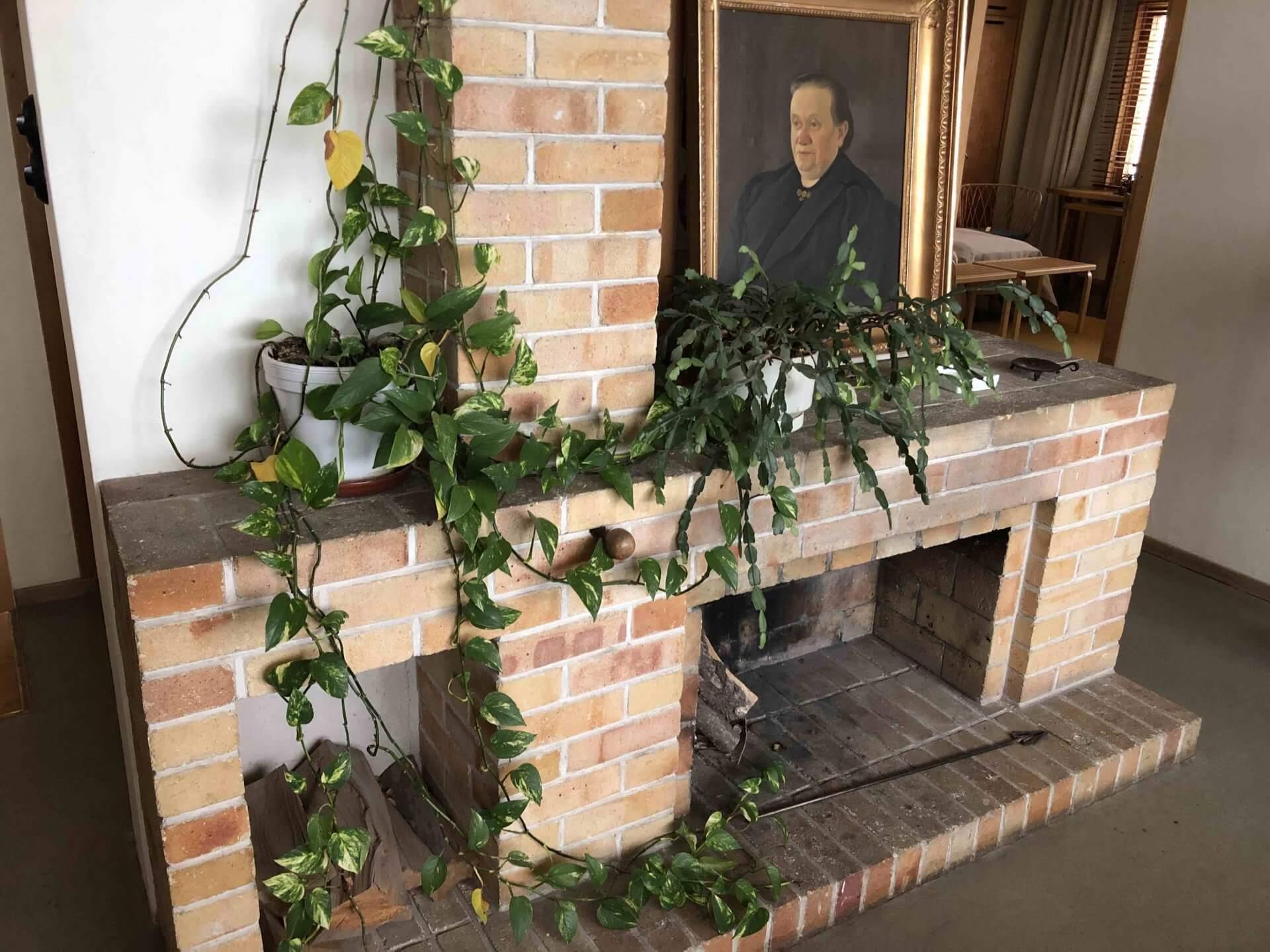 リラックスホールの暖炉。肖像画はアアルト一家の誰かなのか