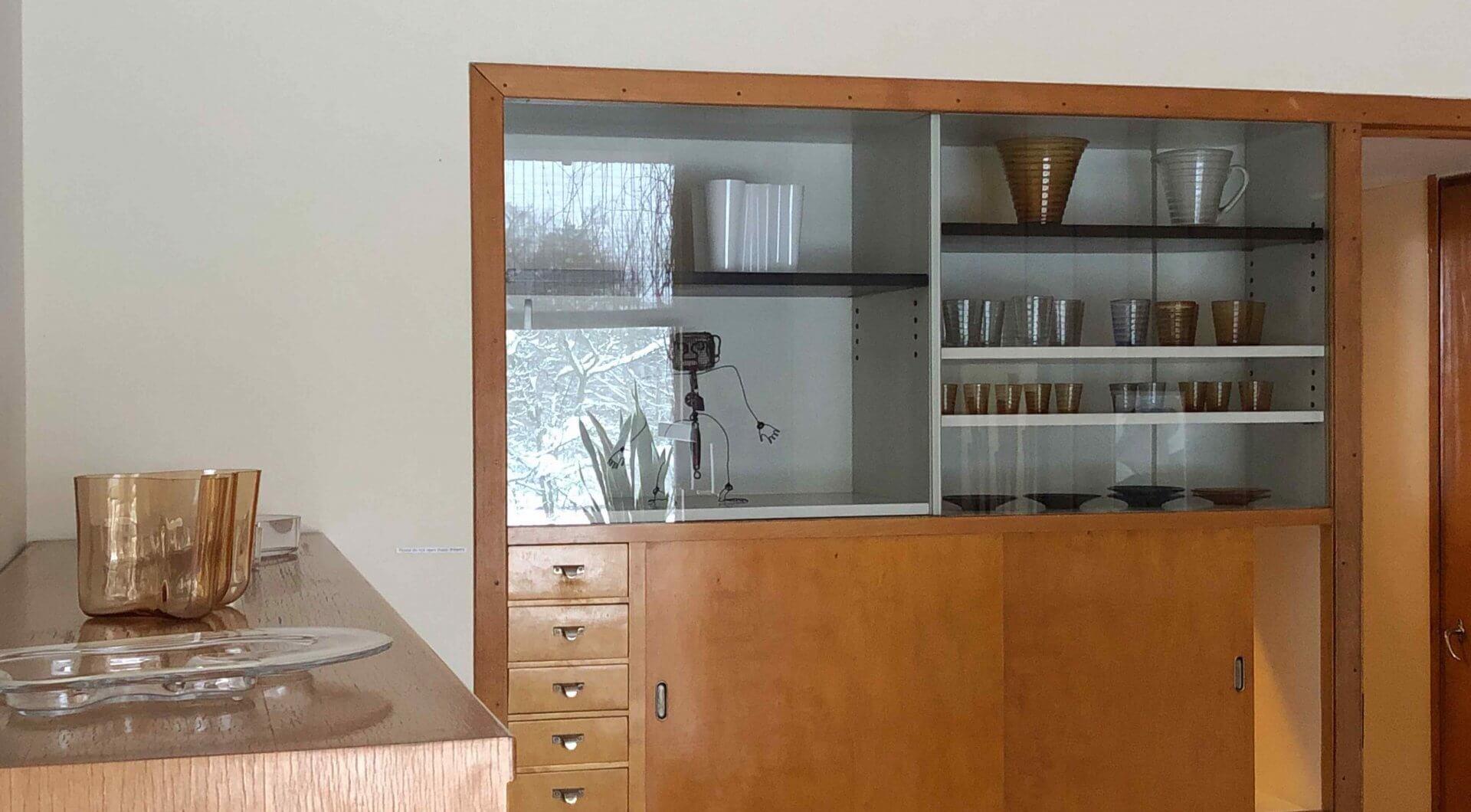 ダイニングルーム奥にある食器棚には、いかにもイッタラ的な食器がセンスよく並べられていた