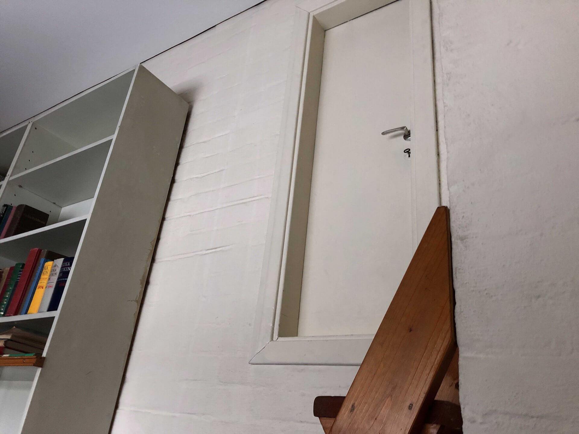 2階へと続く書庫の扉。今回は開けることができなかった