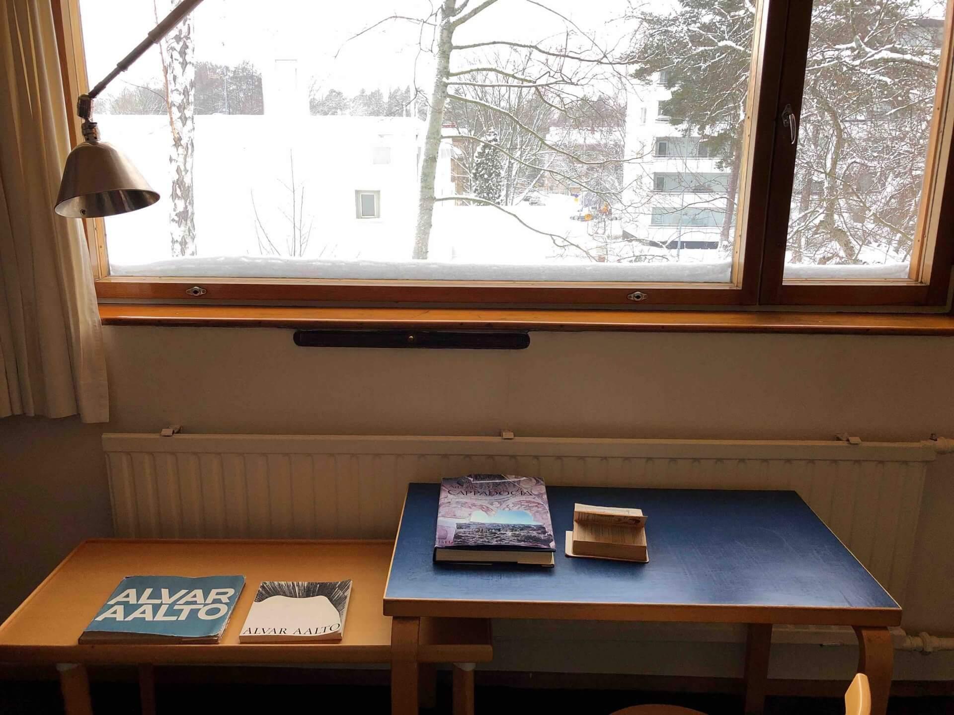 アアルト自邸の書庫の窓から隣の図書館が見えた
