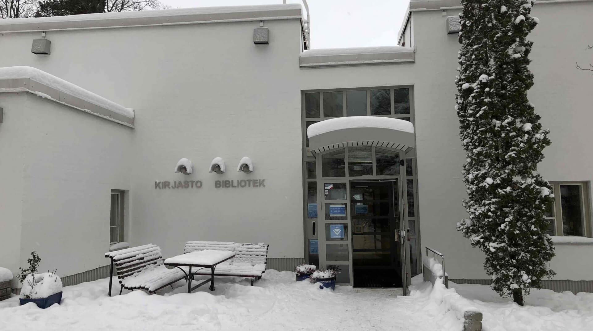 アアルト・ハウスの隣にある図書館が目印になる