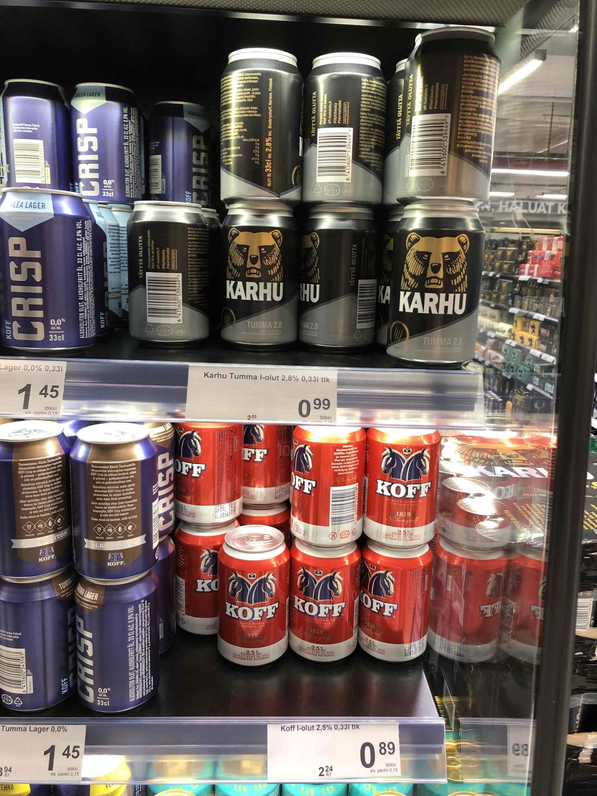 フィンランドで定番のビール「カルフ(上)」と「コフ(下)」