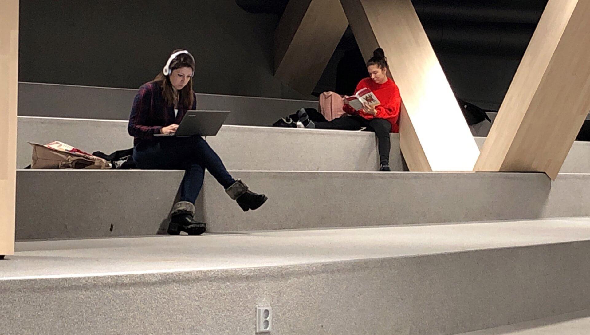 段差に腰掛けながらパソコンや読書を楽しむヘルシンキ市民。コンセントも自由に利用できる