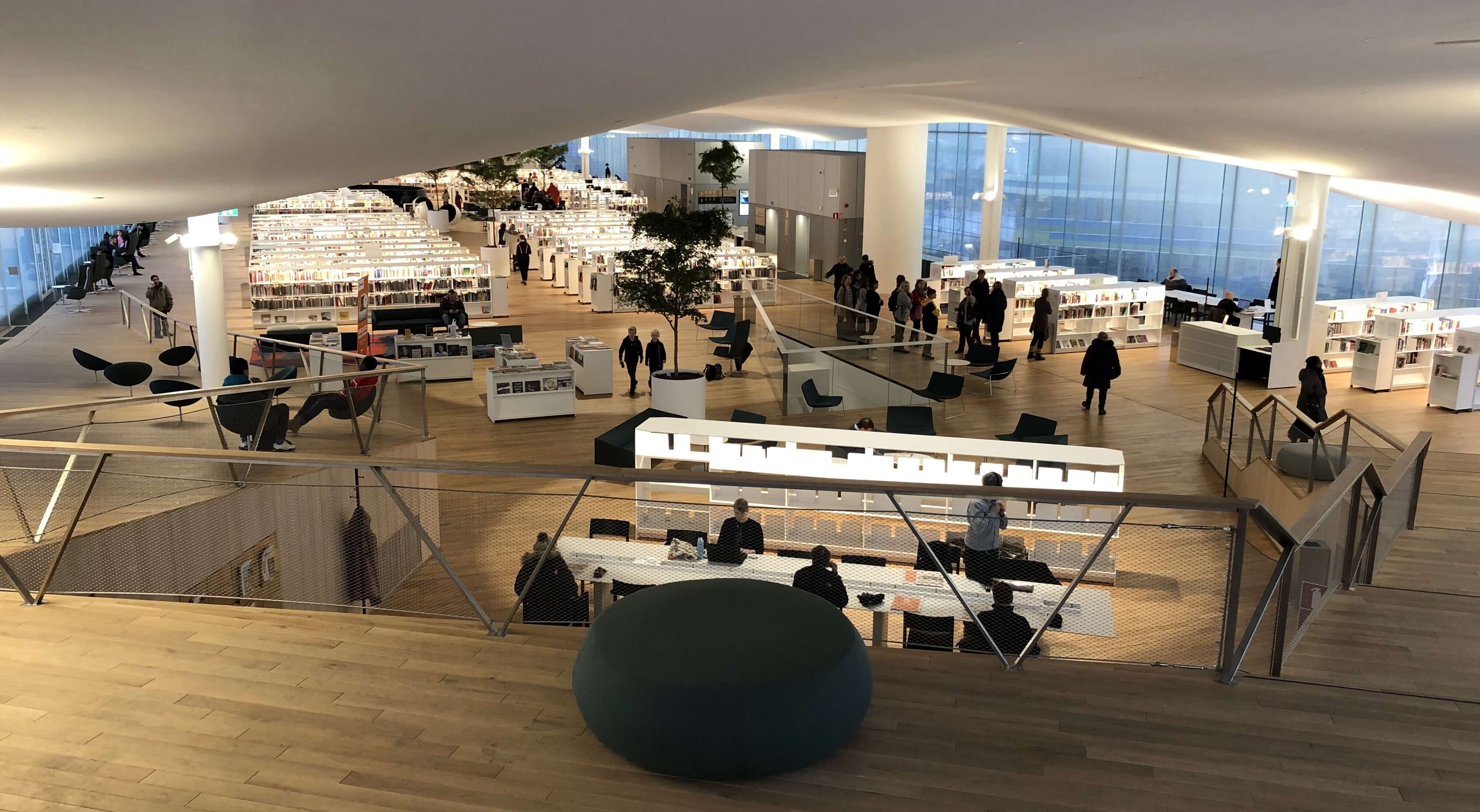 図書館3階の外観。両端が坂状になっており、中央部分が一望できる作りだ