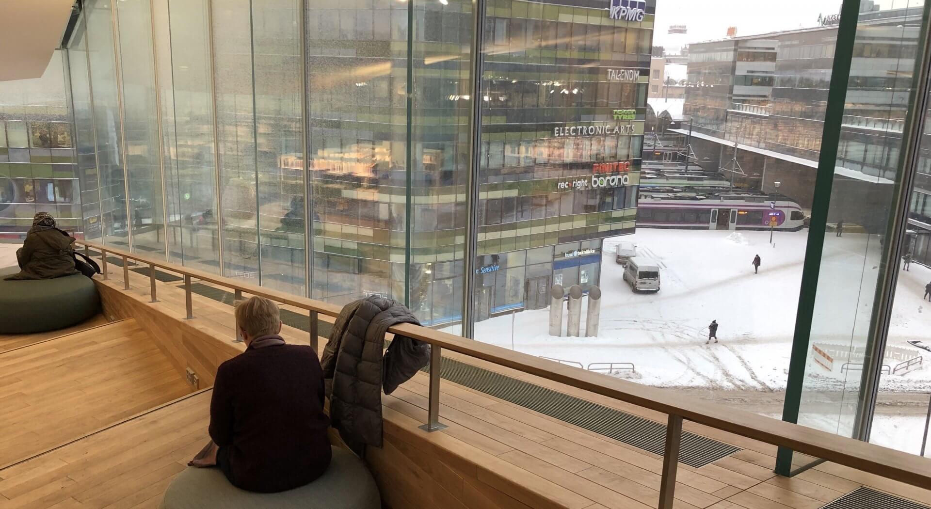 3階では丸い座椅子に座って、外の景色を楽しみながら読書ができる