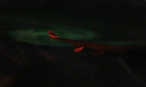 フィンエアー機内からオーロラが見えた