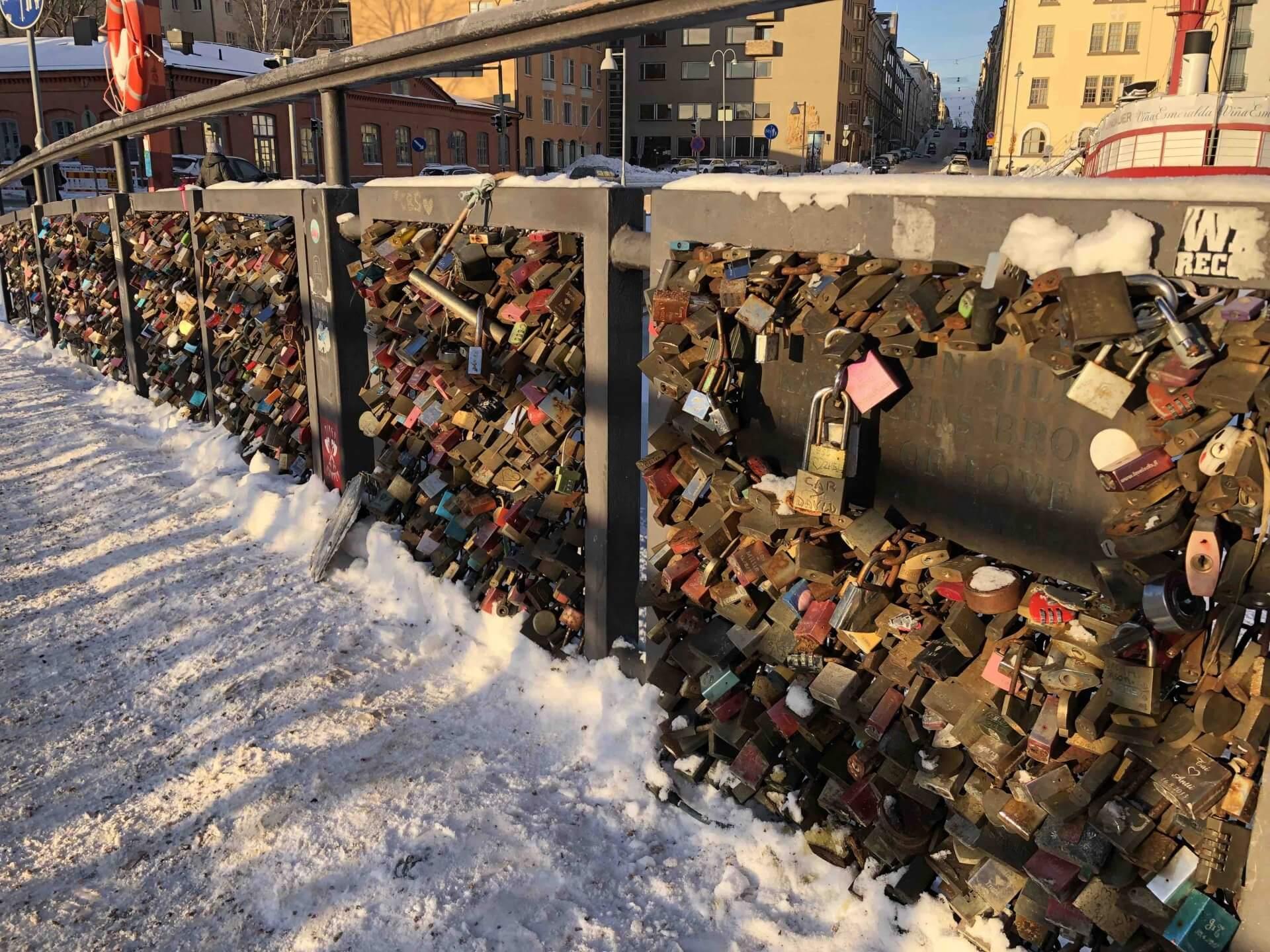 英語で「愛の橋」と書かれた橋には、たくさんの南京錠がかけられていた