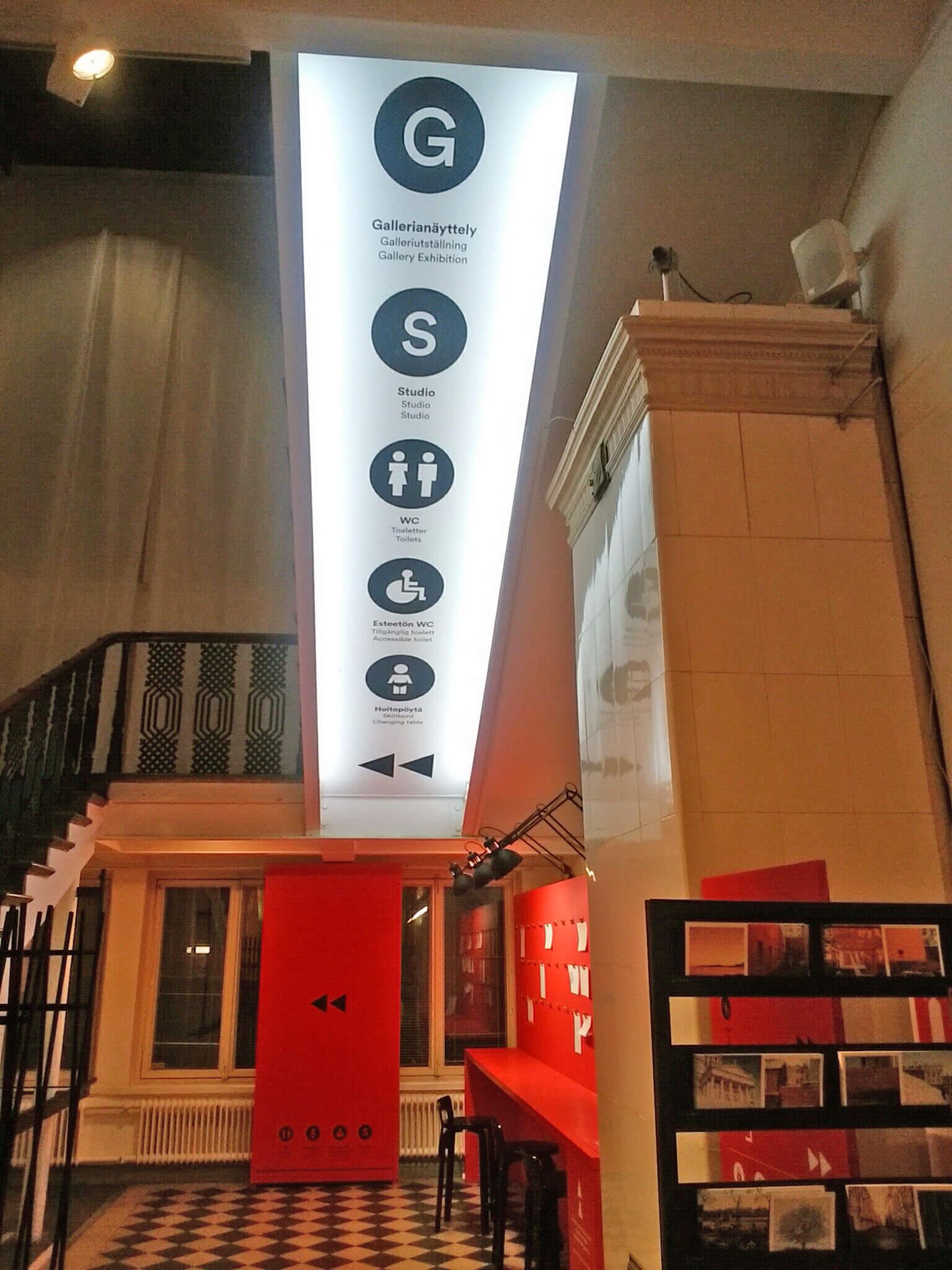 デザイン博物館の天井に掲げられている案内板