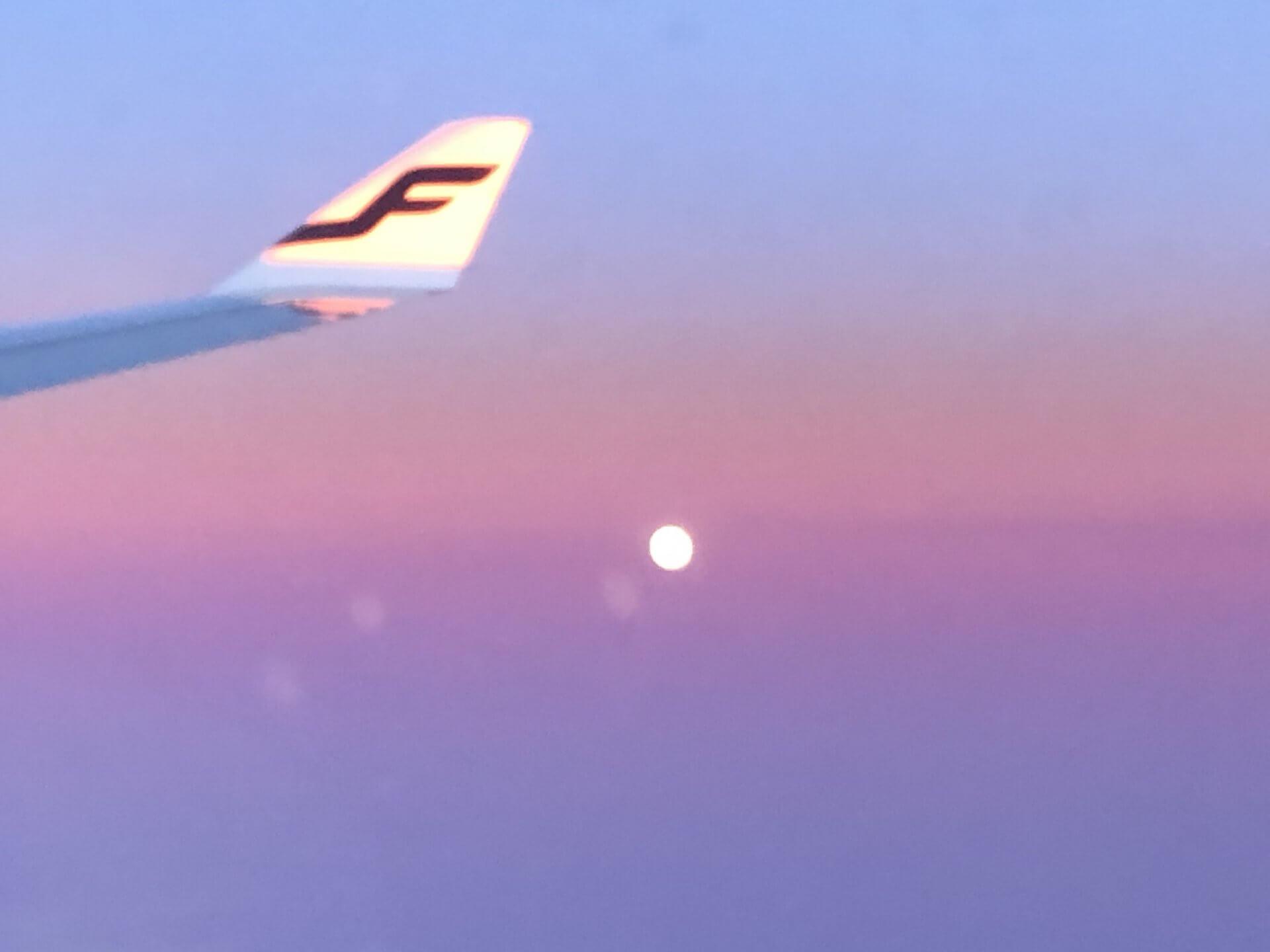 フィンエアー機内から撮影した夕暮れと満月