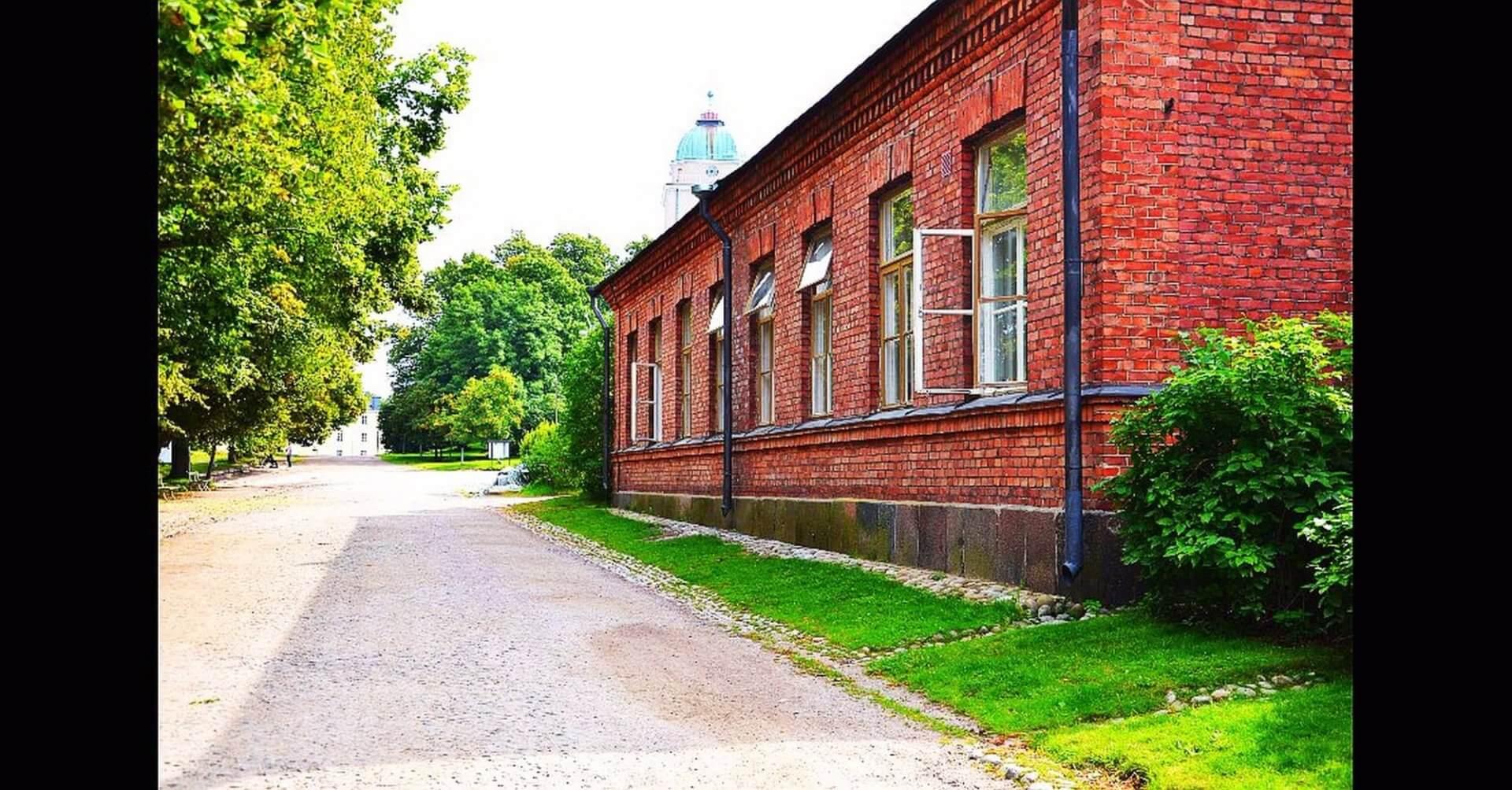 ホステル・スオメンリンナのホームページより。レンガ造りの外観がフィンランドの歴史を感じさせる。奥に見えるのはスオメンリンナ教会