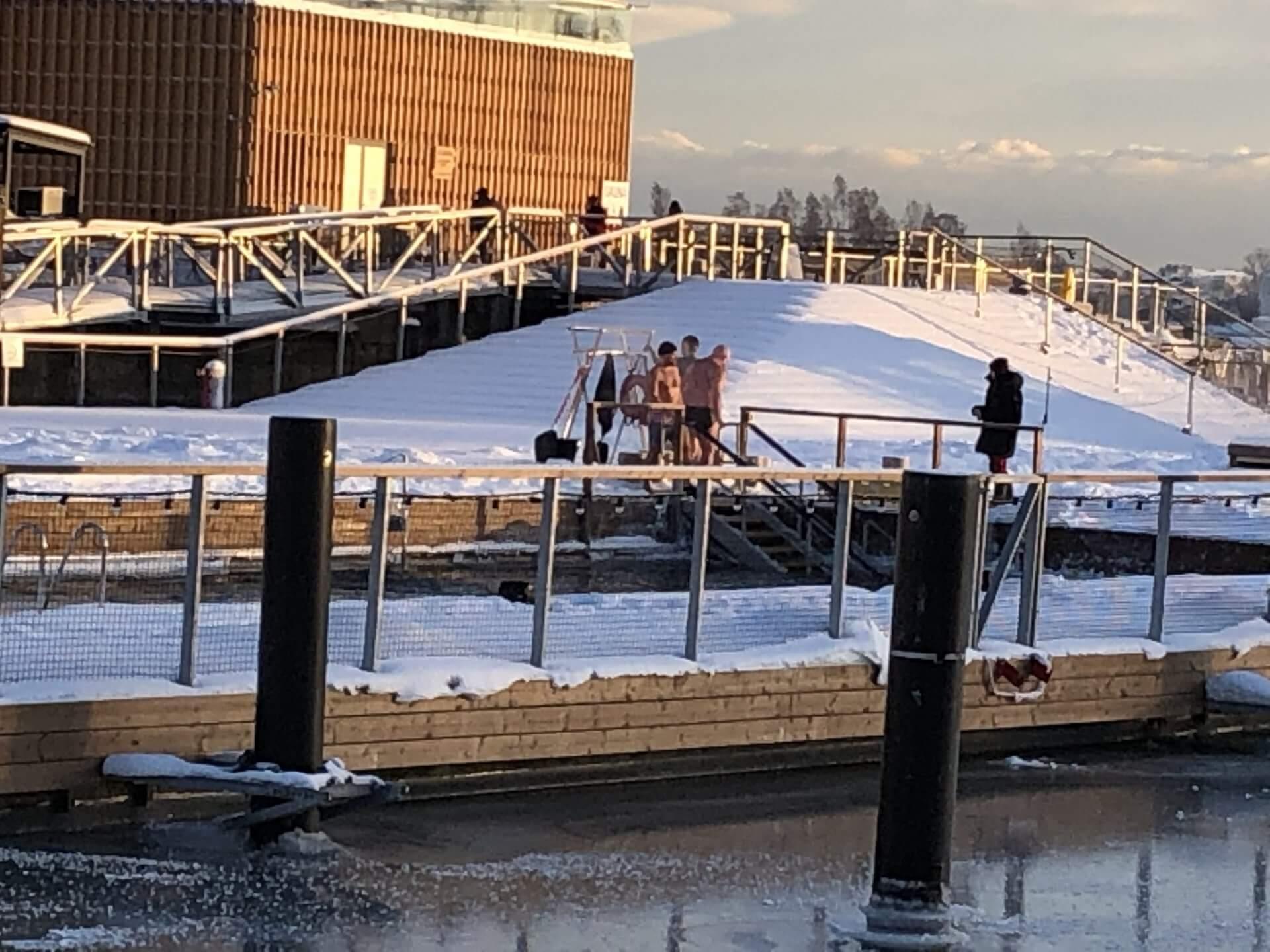 アッラス・シープールのサウナから出てきた人たち。真冬のプールに飛び込んでいた