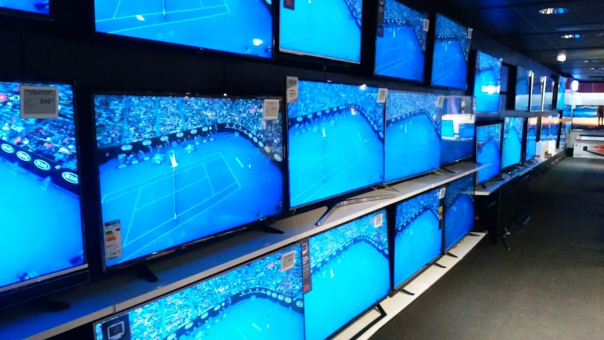 ストックマンデパートのテレビ売り場。日本製よりも韓国製のテレビが目立った