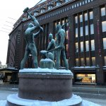 ストックマンの入り口前にある「三人の鍛冶屋像」は、ヘルシンキ市民の待ち合わせスポットとして有名とのこと